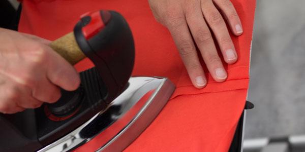 machine à coudre pendant montage de robe évidente