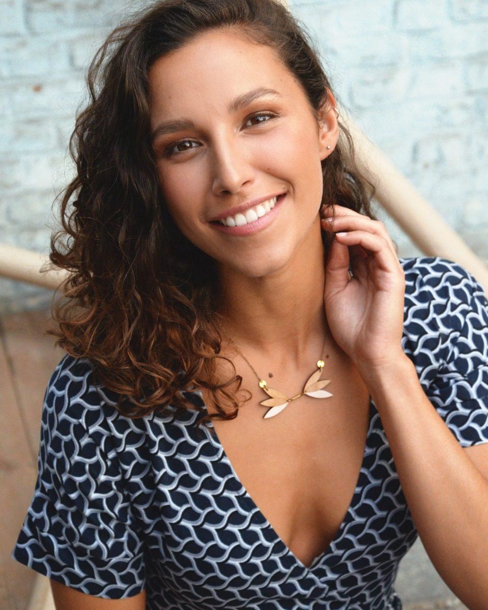 une image du patron de couture femme sur mesure de la robe portefeuille cache cœur avec des manches courtes. Ce patron est simple à coudre pour les débutants en couture.