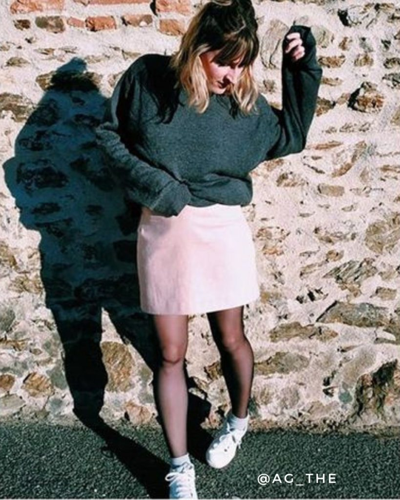 une image du patron de couture femme sur mesure pour débutants de la jupe courte et droite qui est très facile à coudre. Elle est faite en tissu lurex romy edie grim.