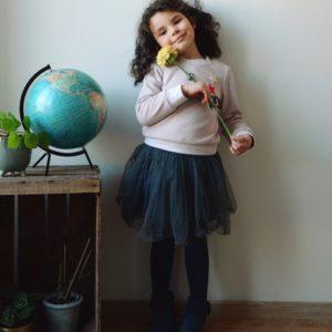une image du patron de couture fille fillette sur mesure du sweat ou sweatshirt , il est très facile et simple à coudre pour les débutants.