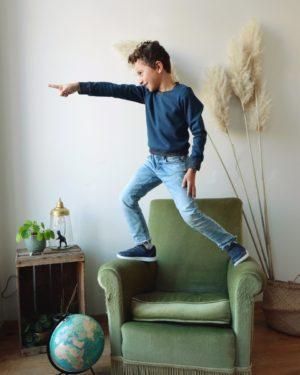une image du patron de couture garçon sur mesure du sweat ou sweatshirt , il est très facile et simple à coudre pour les débutants.