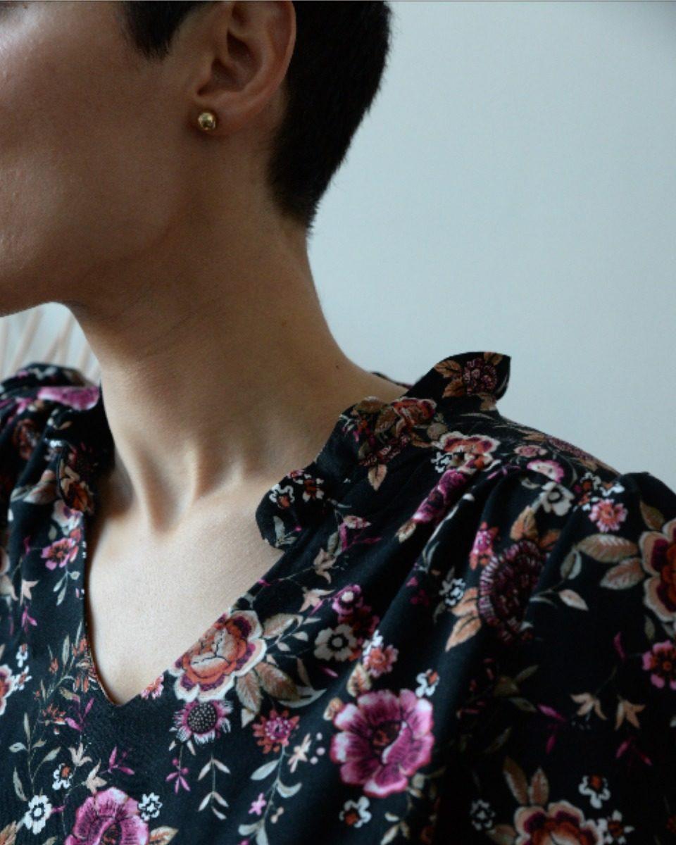 une image du patron de couture femme sur mesure du top ou haut fluide en col V en col V, col ruché ou col lavallière avec des manches longues. Ce patron est simple à coudre pour les débutants en couture.