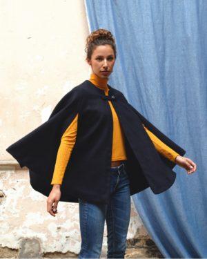 une image du patron de couture femme sur mesure pour débutants de la cape pour hiver qui est très facile à coudre. Elle est faite en tissu laine motif prince de galles edie grim