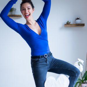 image-patron-couture-detail-col-top-été-cache-coeur-haut-portefeuille-col-V-facile-a-coudre-tissu-jersey-viscose--bleu-roi-a-pois-manches-longues-La-Twistante