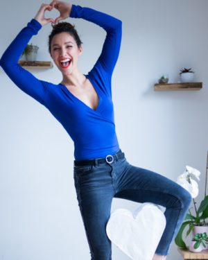 une image du patron de couture femme sur mesure du top ou haut col V cache cœur avec des manches longues. Ce patron est simple à coudre pour les débutants en couture.