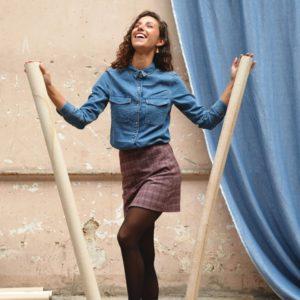 une image du patron de couture femme pour débutants de la jupe courte et droite qui est très facile à coudre. Elle est faite en tissu laine motif prince de galles edie grim.