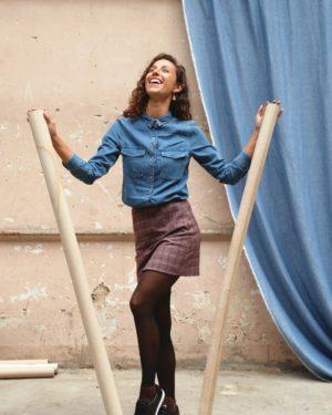une image du patron de couture femme pour débutants de la jupe courte et droite qui est très facile à coudre. Elle est faite en tissu laine archie par edie grim.