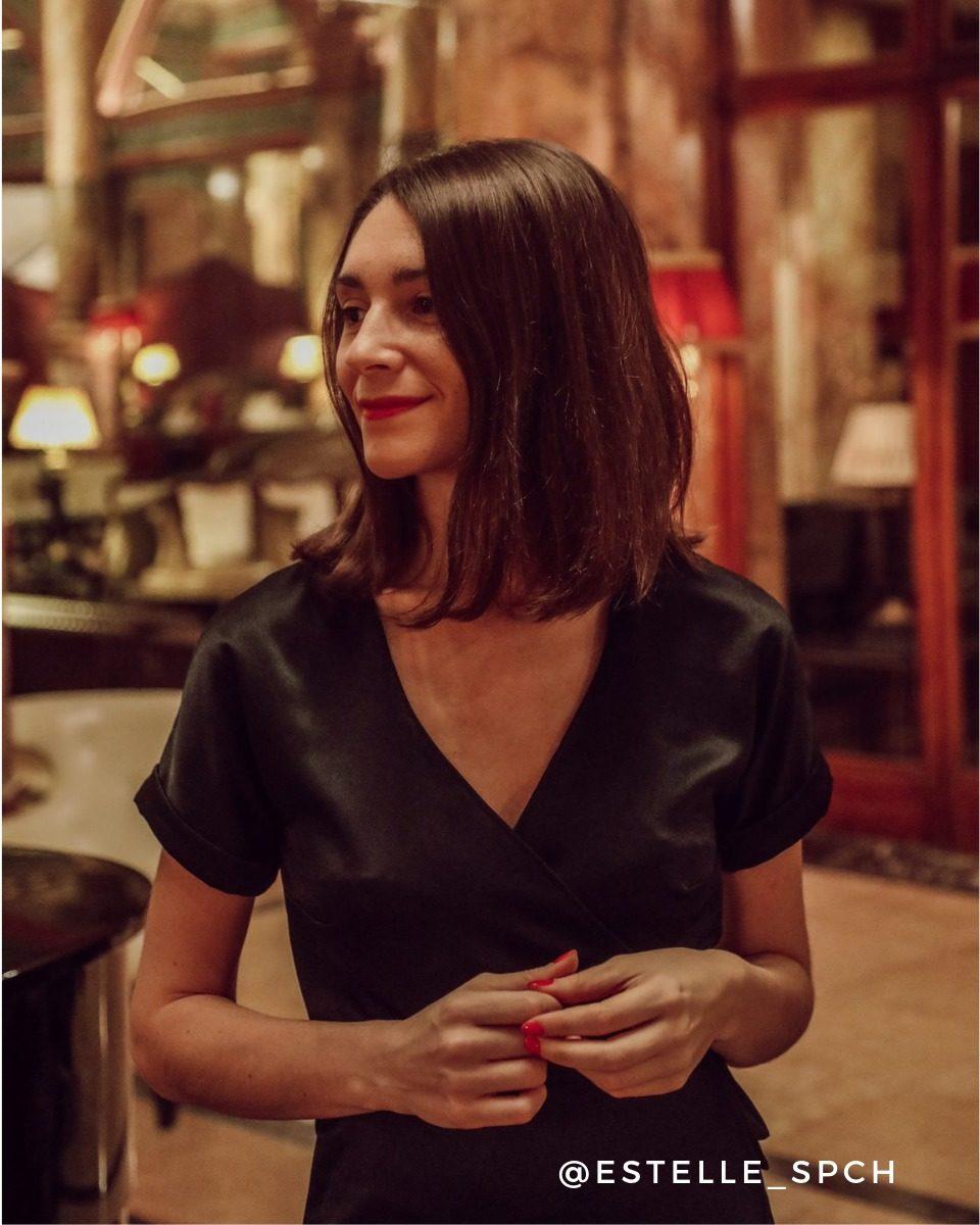 une image du patron de couture femme sur mesure de la robe portefeuille cache coeur avec des manches longues trois quart. Ce patron est simple à coudre pour les débutants en couture.