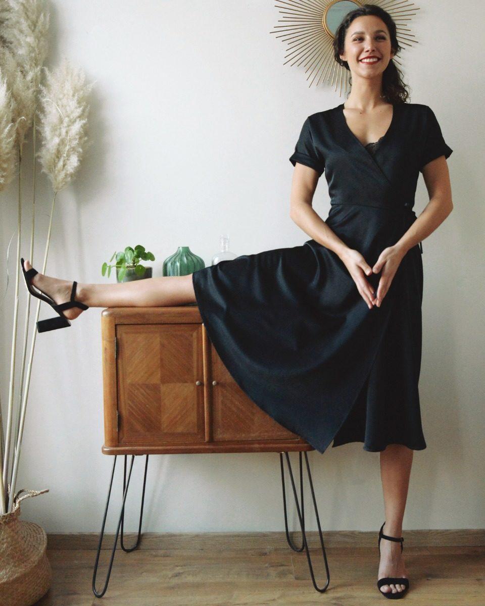 une image du kit prêt à coudre sur mesure de la petite robe noire portefeuille cache cœur manches courtes en crêpe satin