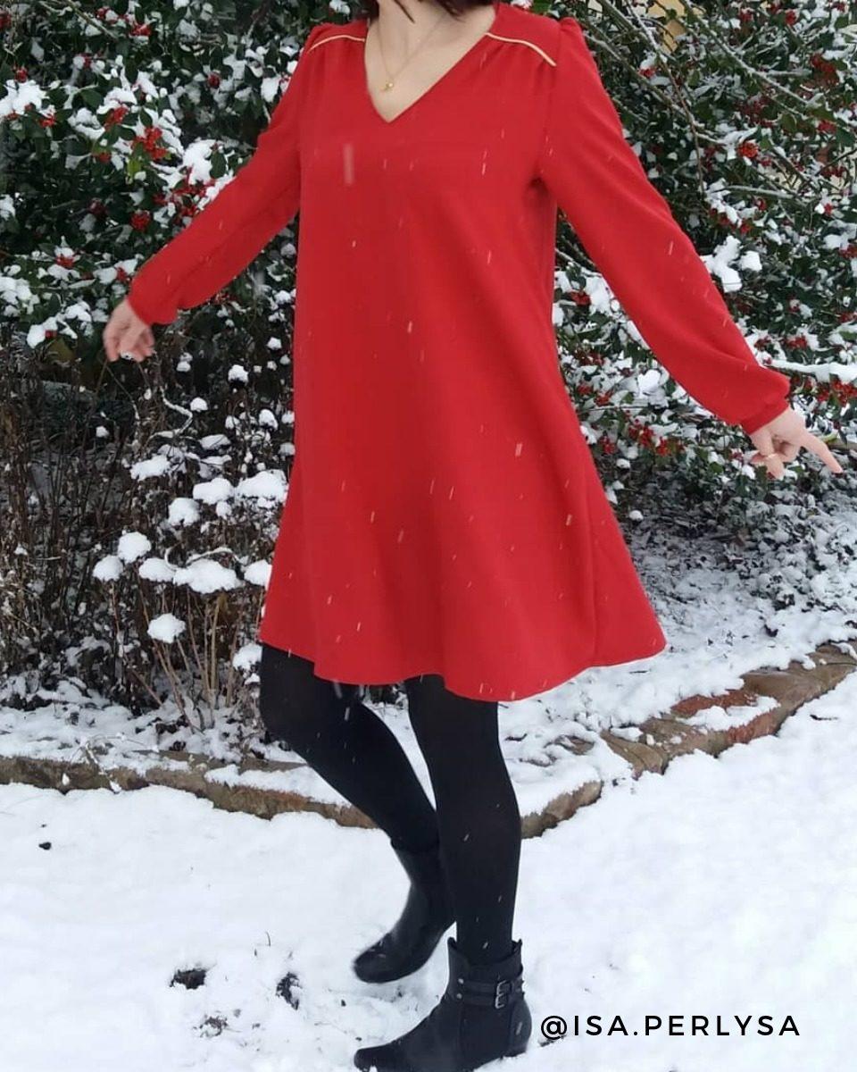une image du patron de couture femme sur mesure de la robe fluide en col V en col V, col ruché ou col lavallière avec des manches longues. Ce patron est simple à coudre pour les débutants en couture. Il est accompagné de tissu en twill de viscose imprimé ou uni.