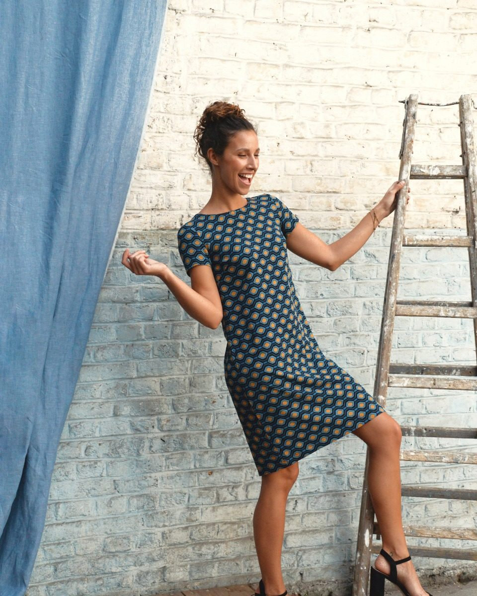 une image du patron de couture femme sur mesure de la robe droite et fluide en col rond avec des manches courtes. Ce patron est simple à coudre pour les débutants en couture. Il est accompagné de tissu en twill de viscose, idéal pour l'été.