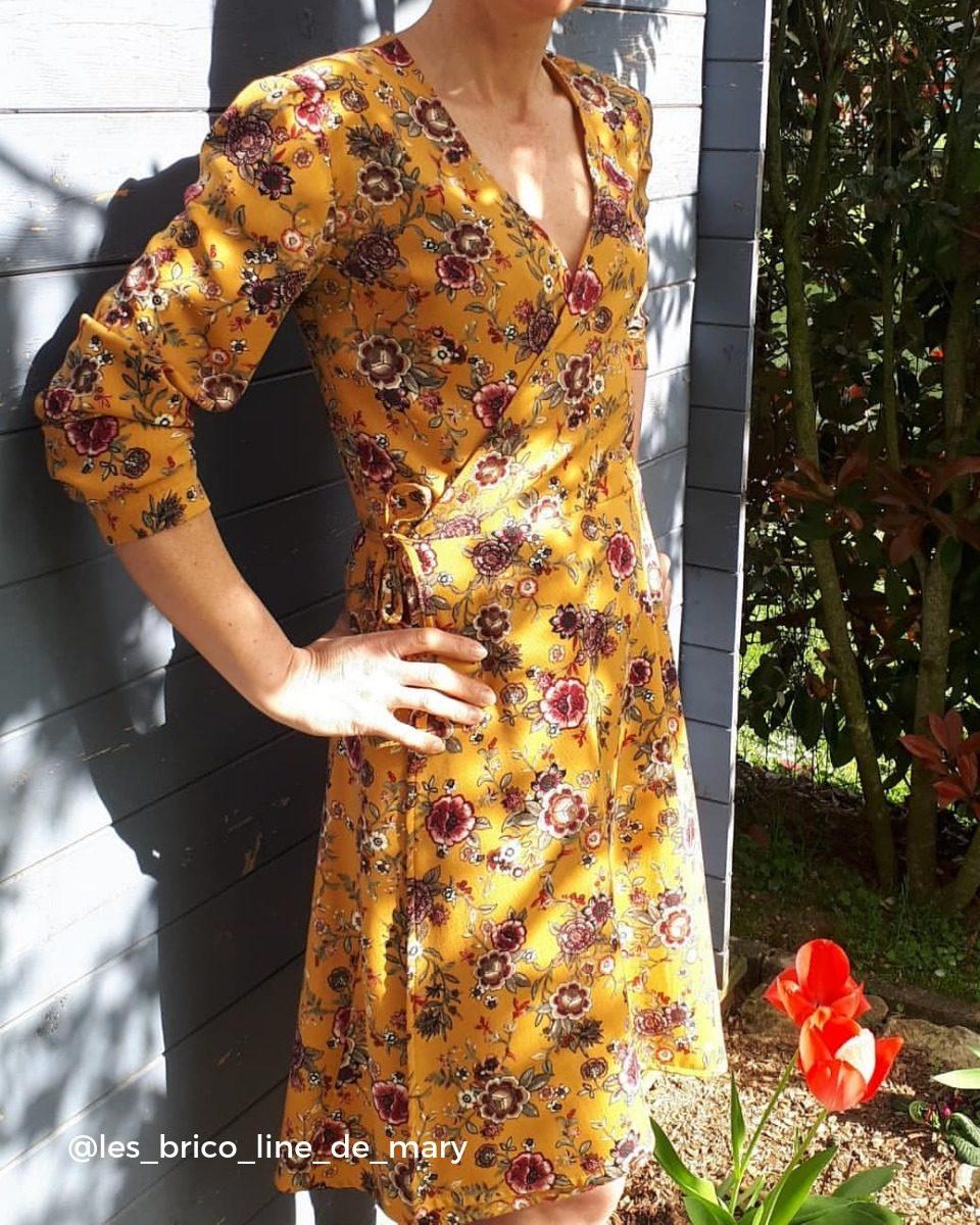 une image du patron de couture femme sur mesure de la robe taille élastique cache cœur avec des manches courtes. Ce patron est simple à coudre pour les débutants en couture.