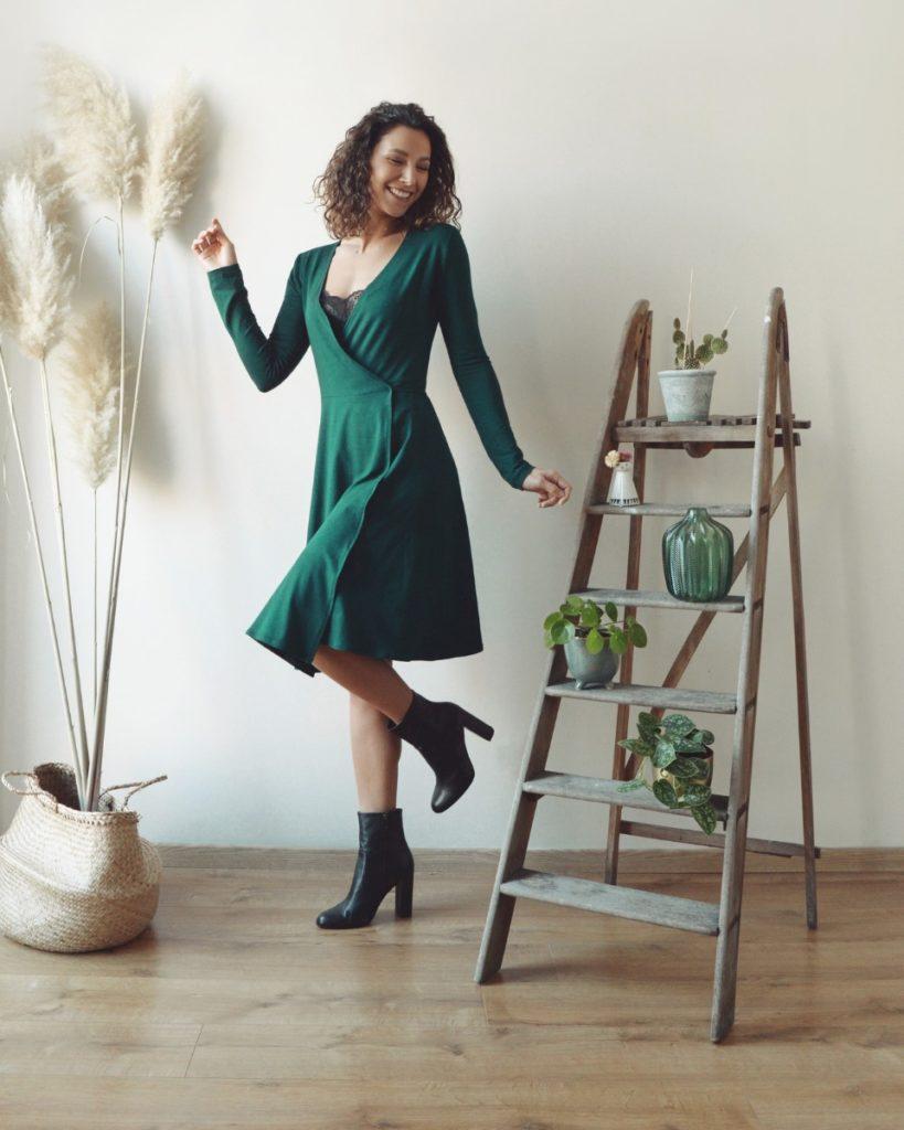 une image du patron de couture femme sur mesure de la robe portefeuille cache coeur avec des manches longues. Ce patron est simple à coudre pour les débutants en couture.