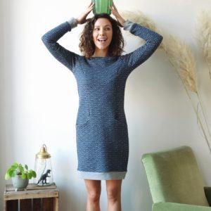 une image du patron de couture femme sur mesure de la robe manches longues simple et droitre pour hiver. Ce patron est très facile à coudre pour les débutants. Cette robe sweat avec poches est en tissu jersey matelassé bleu.