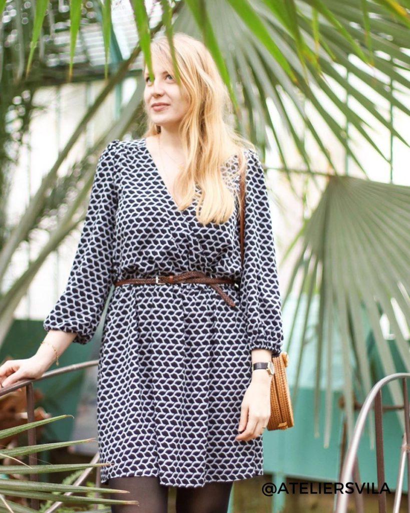 une image du patron de couture femme sur mesure de la robe taille élastique cache coeur avec des manches longues trois quart. Ce patron est simple à coudre pour les débutants en couture. Il est avec du tissu en twill de viscose imprimé
