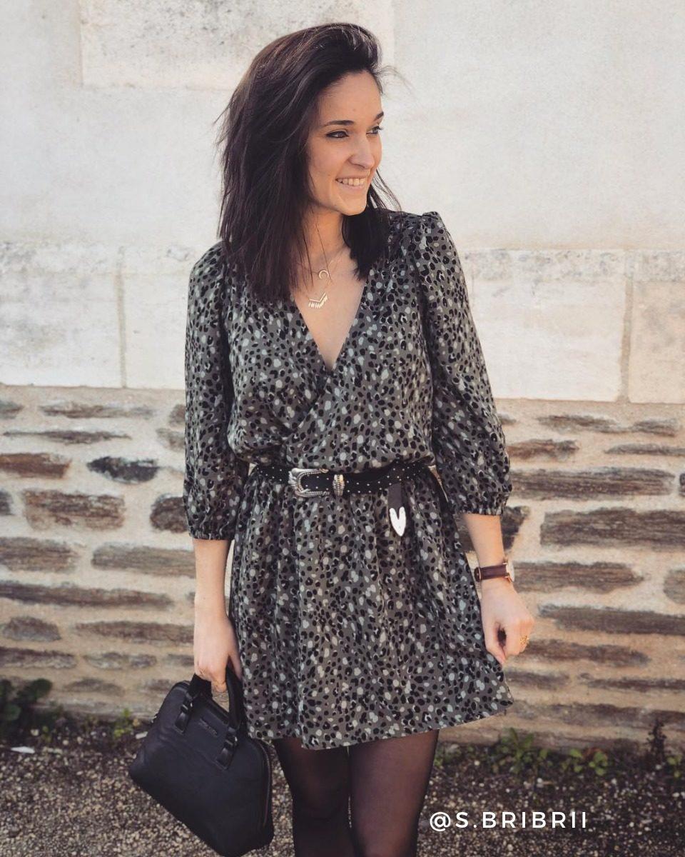 une image du patron de couture femme sur mesure de la robe taille élastique cache coeur avec des manches longues trois quart. Ce patron est simple à coudre pour les débutants en couture. Il est avec du tissu en twill de viscose