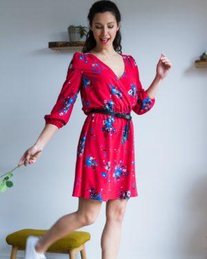 une image du patron de couture femme sur mesure de la robe taille élastique cache coeur avec des manches longues trois quart. Ce patron est simple à coudre pour les débutants en couture.