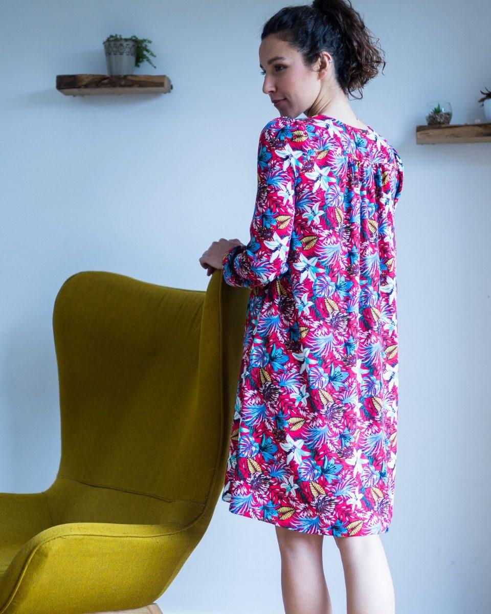 une image du patron de couture femme sur mesure de la robe fluide en col V avec des manches longues. Ce patron est simple à coudre pour les débutants en couture.. Le col peut lavallière ou ruché.