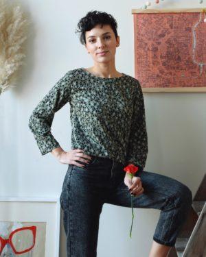 une image du patron de couture femme sur mesure du top ou haut été droite et fluide en col rond avec des manches longues. Ce patron est simple à coudre pour les débutants en couture. Il est accompagné de tissu en twill de viscose, idéal pour l'été.