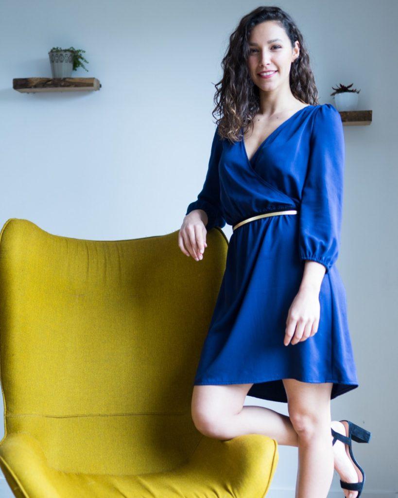 une image du patron de couture femme sur mesure de la robe taille élastique cache coeur avec des manches longues trois quart.