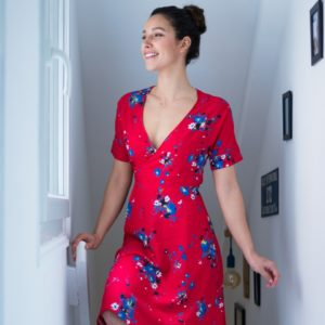 image-patron-couture-robe-portefeuille-col-V-facile-a-coudre-tissu-twill-viscose-imprimé-javanaise-rouge-manches-courtes-La-Twistante