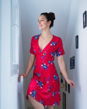 une image du patron de couture femme sur mesure de la robe taille élastique cache cœur avec des manches courte. Ce patron est simple à coudre pour les débutants en couture.