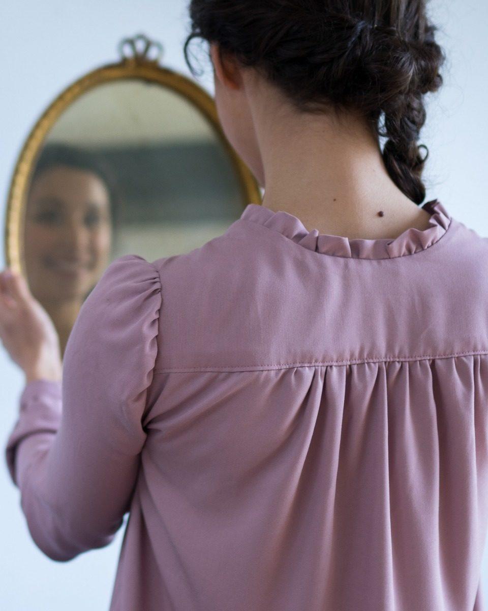 une image du patron de couture femme sur mesure du top fluide en col V avec des manches longues. Ce patron est simple à coudre pour les débutants en couture. Le col peut lavallière ou ruché.